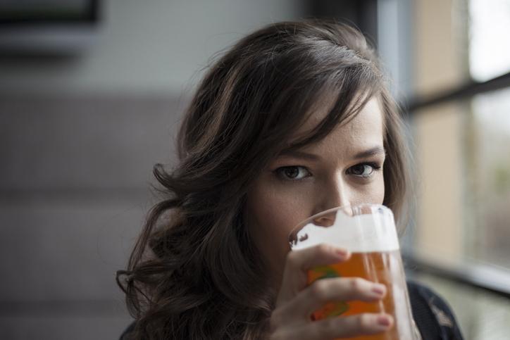 femeie bea bere