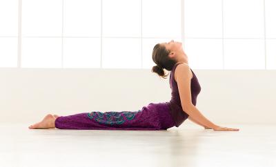 5 pozitii de yoga care alunga stresul in 10 minute