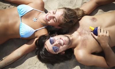 cuplu pe plaja cosmetice de vara