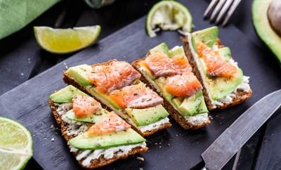 sandvis cu avocado si somon retete mic dejun