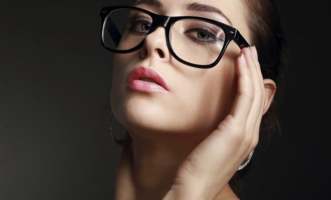 femeie cu ochelari de vedere tips machiaj pentru ochelari