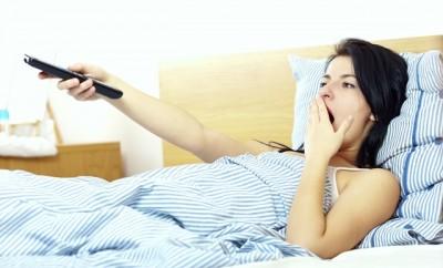 Dormitul cu TV-ul pornit este nociv pentru sanatate