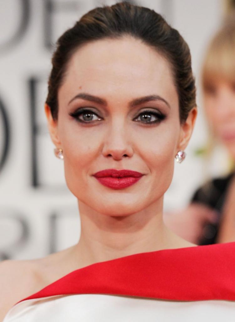 5 machiaje cat-eye pentru Craciun inspirate de la vedete_Angelina Jolie