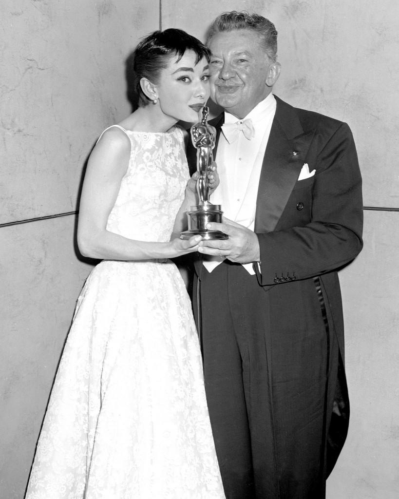 Audrey Hepburn și Jean Hersholt la Premiile Oscar 1954