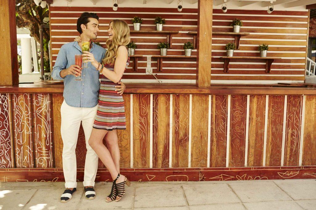 cuplu intalnire bar cocktail buna dispozitie vara