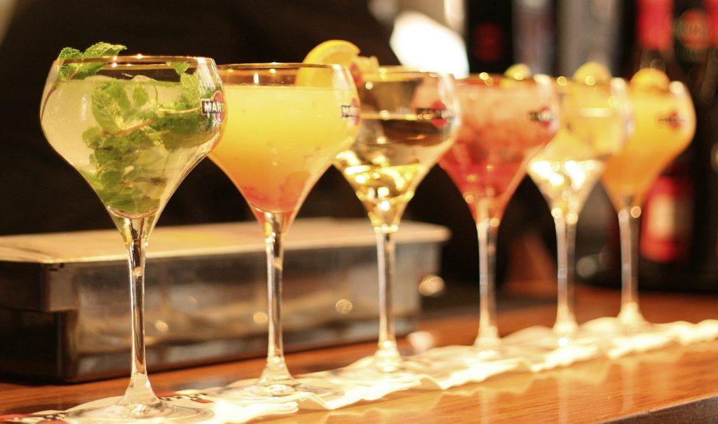 pahare cocktail pe bar