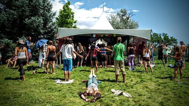 tineri la festival de muzica, ce pui in bagajul pentru festival