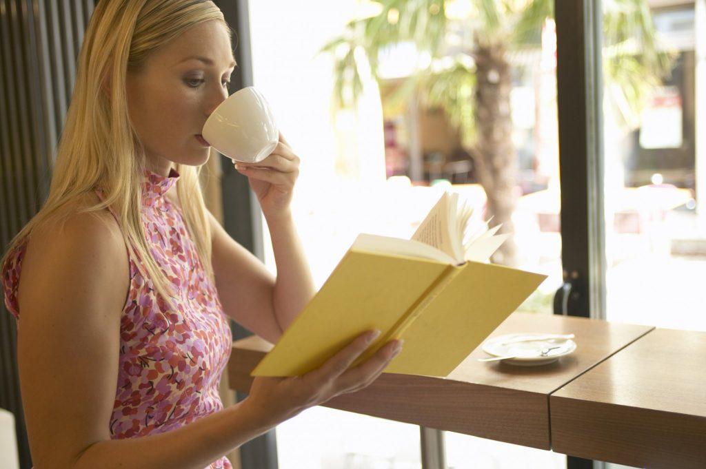 fata-citeste-in-cafenea
