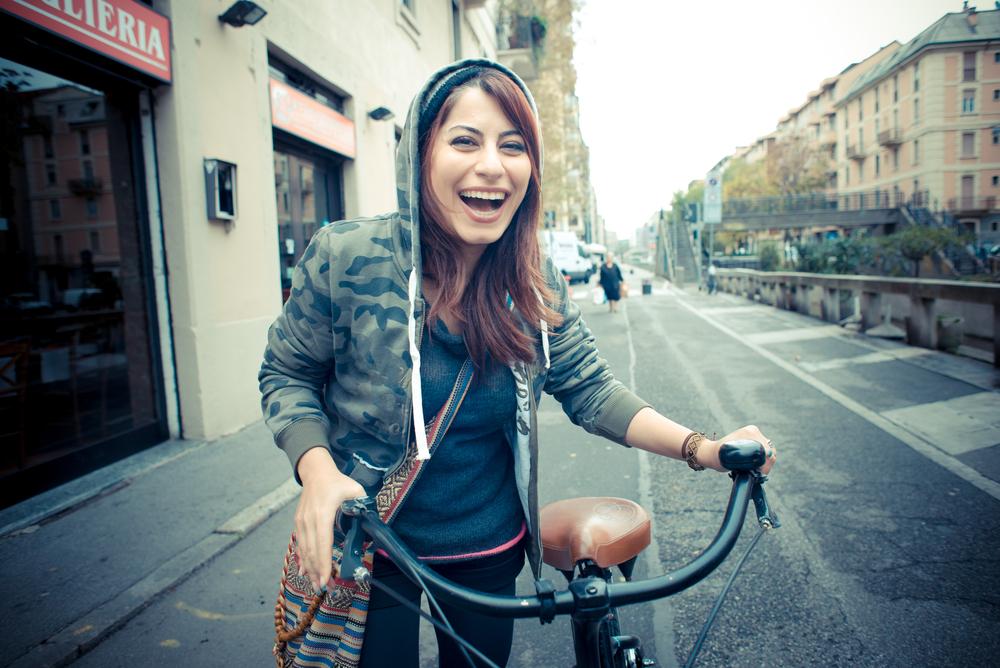 fata cu bicicleta rade