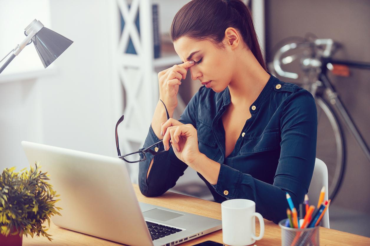 femeie stresata la birou