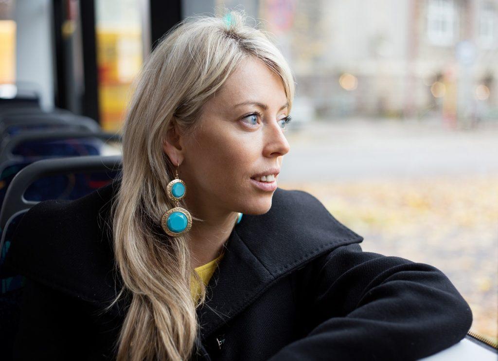 femeie in autobuz