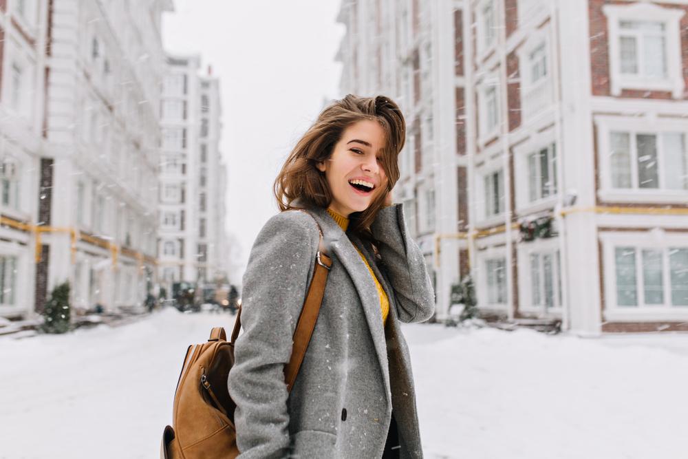 femeie pe strada iarna