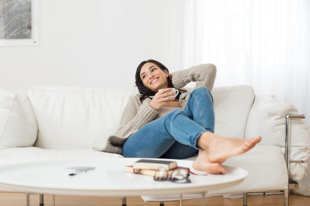 femeie pe canapea