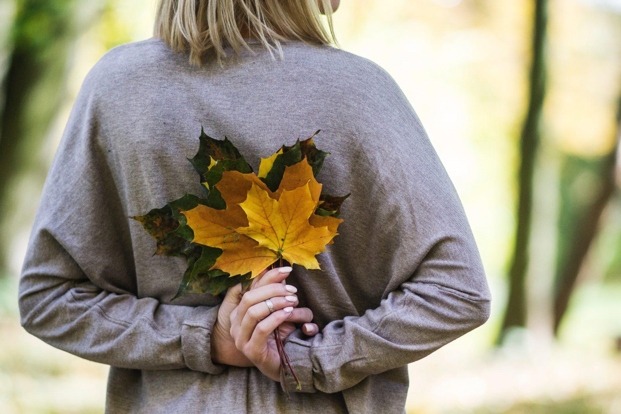 femeie frunze