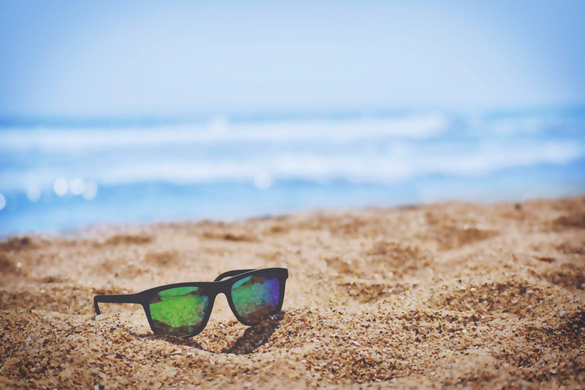 ochelari de soare pe plaja