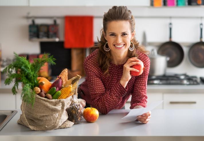 femeie fructe toamna