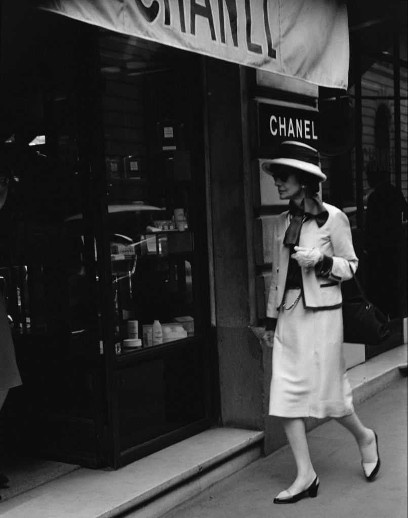 02_1962_Mademoiselle_Chanel_in_front_of_the_boutique_31_rue_Cambon_copyright_All_Rights_Reserved_HD
