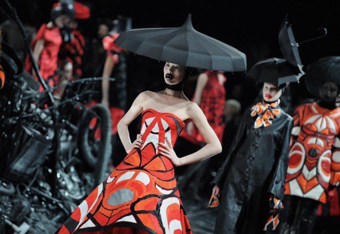 Alexander-McQueen-show-2009