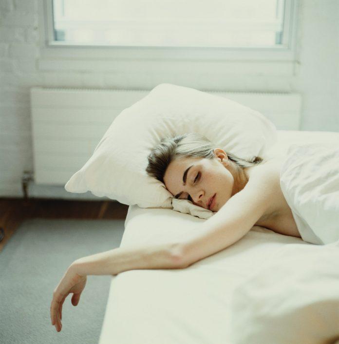 fata care doarme in pat