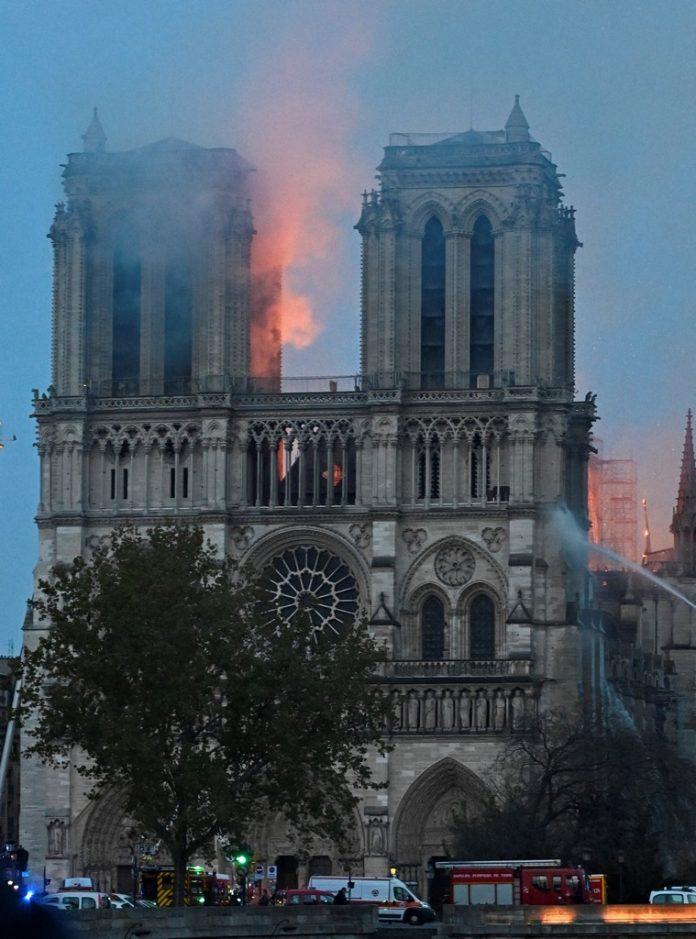 Cine a decis să se implice în refacerea Catedralei Notre-Dame